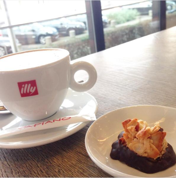 Mittagspause bei Vapiano schon fast vorbei? Nehmt euch doch noch 5 Minuten Zeit und genießt einen köstlichen Caffé mit einem handgemachten, glutenfreien Firenzini! (repost: @vapiano_germany)